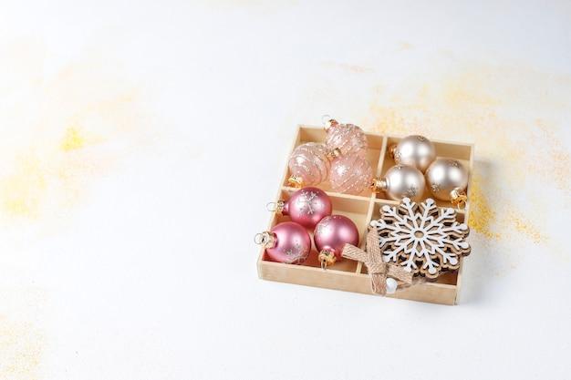 Decoraciones navideñas, bolas, copos de nieve.