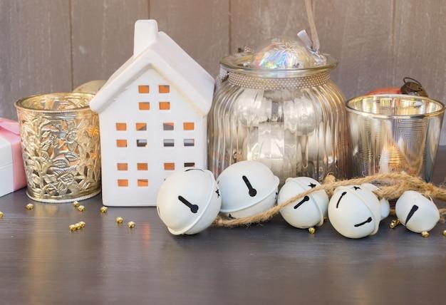 Decoraciones navideñas y casa blanca de invierno con luces brillantes