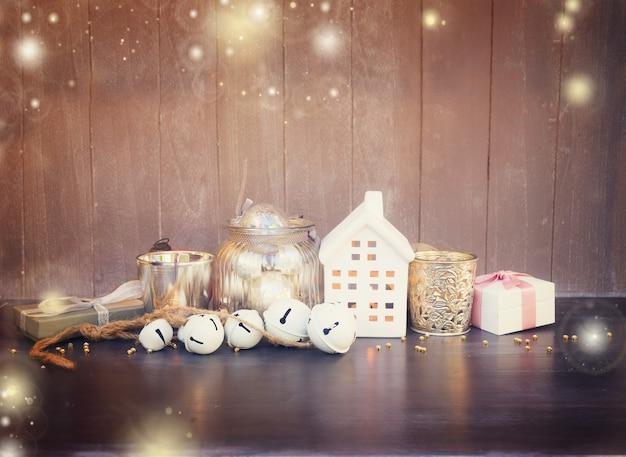 Decoraciones navideñas y casa blanca de invierno con velas brillantes, tonos retro