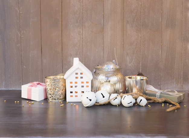 Decoraciones navideñas y casa blanca de invierno con velas brillantes