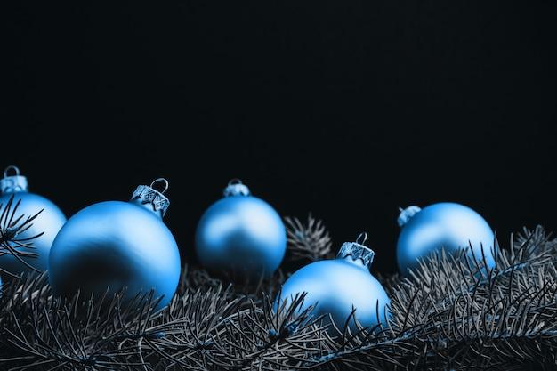 Decoraciones navideñas de colores en la mesa de madera negra. bolas de navidad sobre fondo de madera.