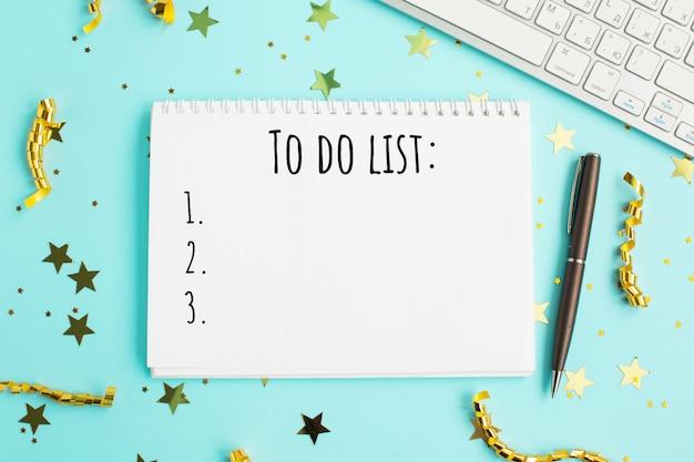 Decoraciones navideñas y cuaderno con 2021 para hacer la lista.