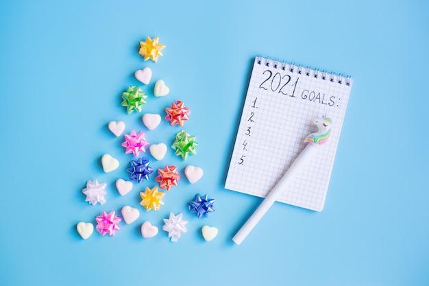 Decoraciones navideñas y cuaderno con metas 2021. navidad y año nuevo