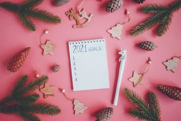 Decoraciones navideñas y cuaderno con metas, planes, sueños para 2021