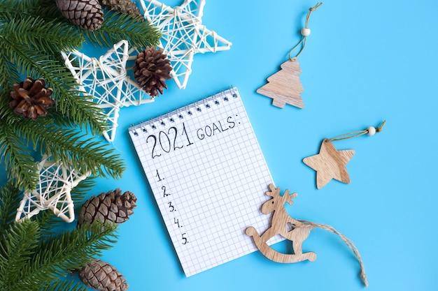 Decoraciones navideñas y cuaderno con metas, planes, sueños.