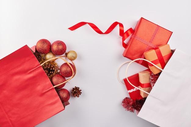 Decoraciones navideñas sobre fondo blanco