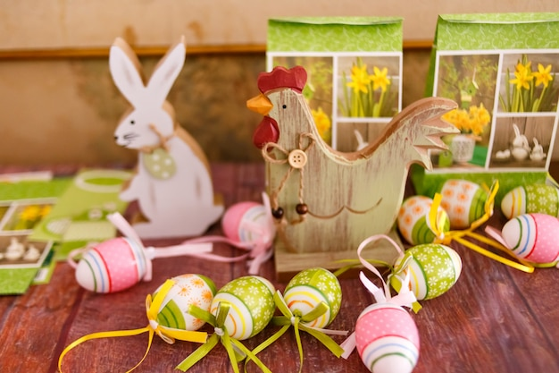 Decoraciones de pascua, conejo y gallina