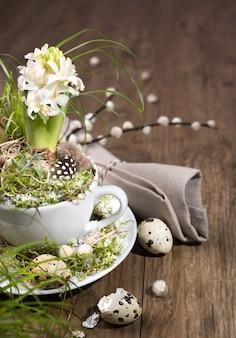 Decoraciones de pascua con jacinto de perlas blancas sobre madera