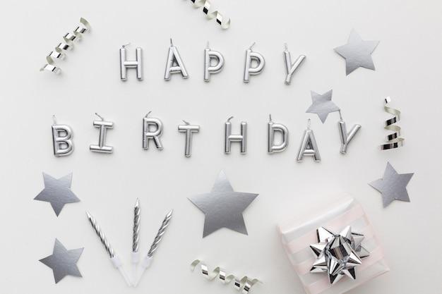 Decoraciones plateadas y mensaje de feliz cumpleaños