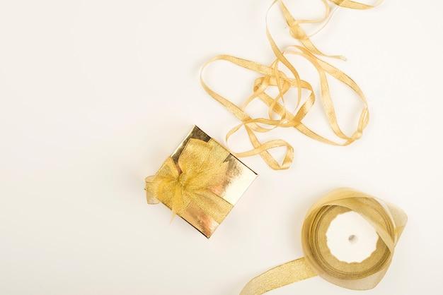 Decoraciones de regalo doradas puestas en composición.