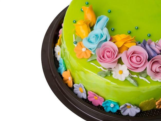 Decoraciones de la torta del atasco verde de la manzana del primer con las frutas coloridas de la formación de hielo en el fondo blanco
