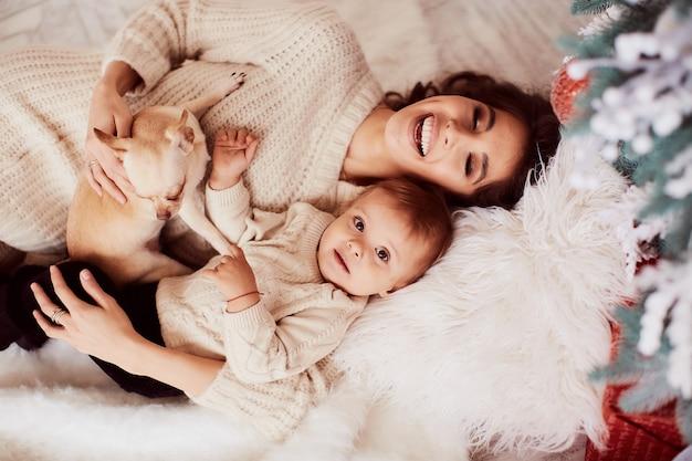 Decoraciones de vacaciones de invierno. colores cálidos. retrato familiar. adorable madre e hija