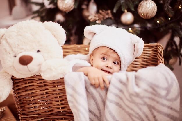 Decoraciones de vacaciones de invierno. retrato de niña bebé. niña encantadora en graciosas orejas blancas