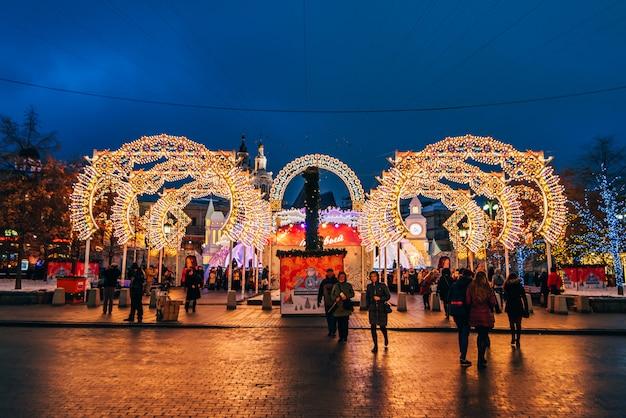 Decorado las calles de año nuevo de moscú en la noche