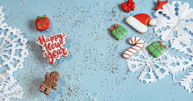 Decorado con glaseado de pan de jengibre, copos de nieve y confeti. feliz año nuevo y concepto de navidad.