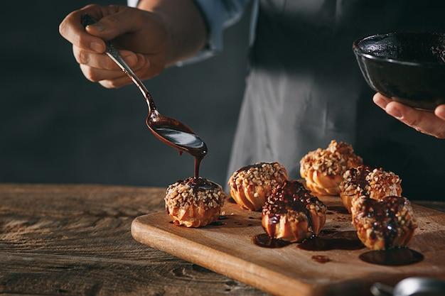 Decorando deliciosos canutillos caseros con chocolate y maní