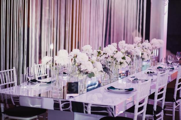 Decorando en la mesa de la boda
