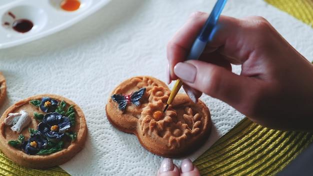 Decorar galletas de jengibre de forma original con pincel y colorantes alimentarios