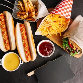 Decorativa composición de comida rápida