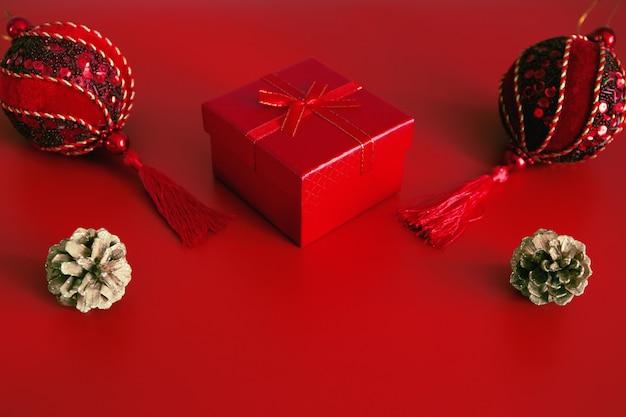 Decorativo copo de nieve blanco, caja roja presente, conos dorados brillantes