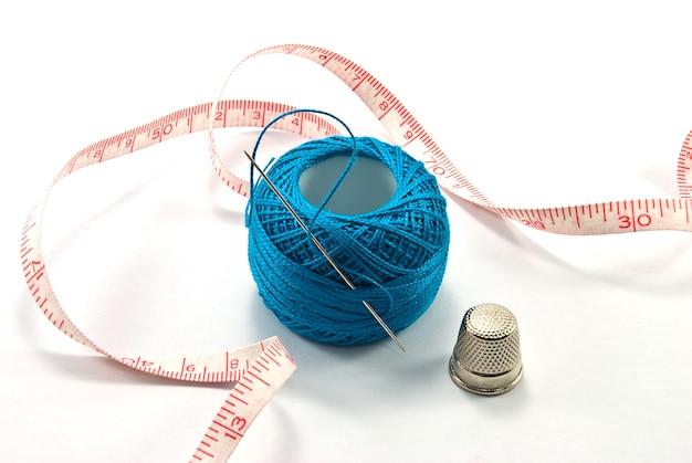 Dedal, agujas y bola de hilo azul
