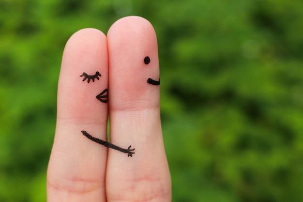 Dedo del arte de una pareja feliz. chica un abrazo y besa al niño.