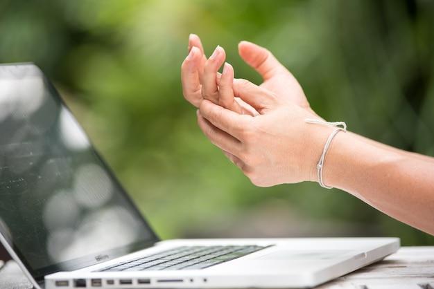 Dedo doloroso de mujer debido al uso prolongado del teclado y el mouse.