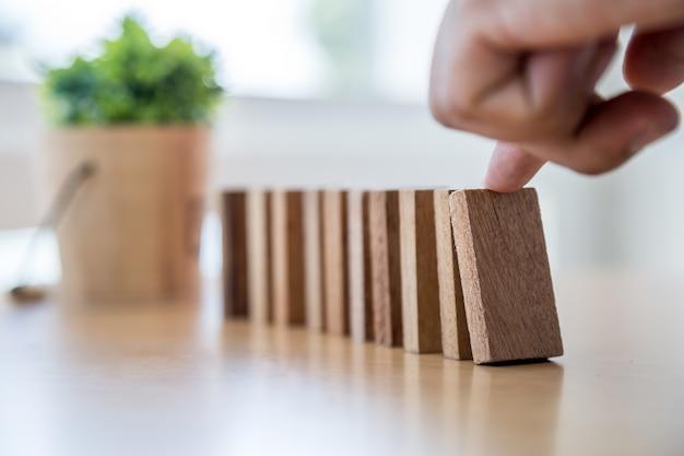 El dedo del empresario empujó el dominó para caer