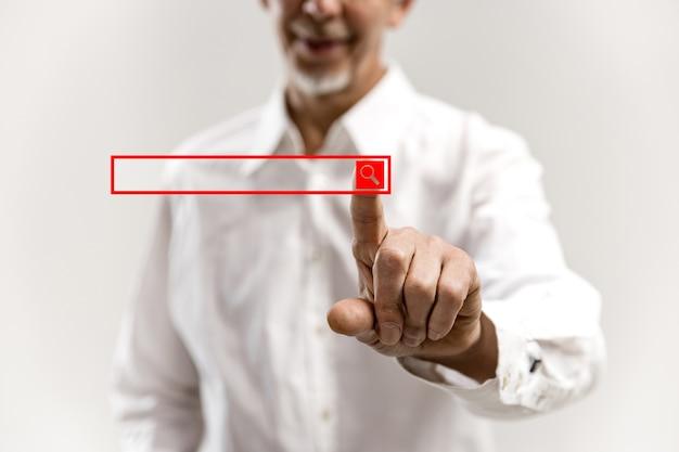 Dedo de empresario tocando la barra de búsqueda vacía, concepto de negocio moderno