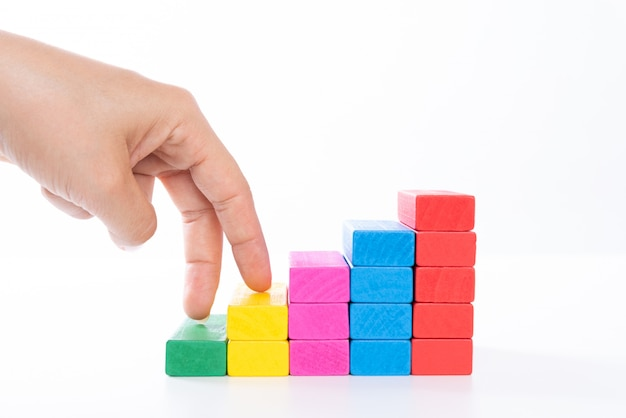 El dedo de la mano de la mujer camina en bloque de madera apilado como las escaleras. concepto de negocio.