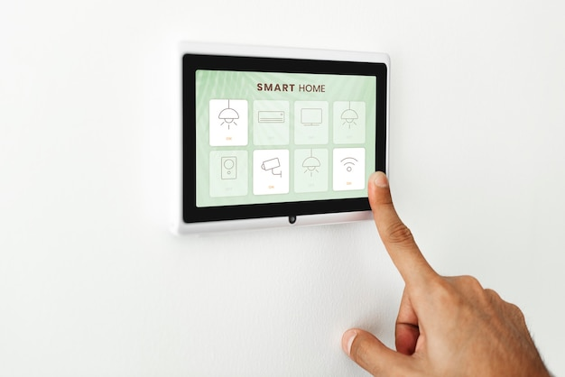Dedo presionando en el monitor del panel de automatización del hogar inteligente