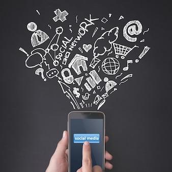 Dedo presionando un teléfono inteligente con el concepto de redes sociales