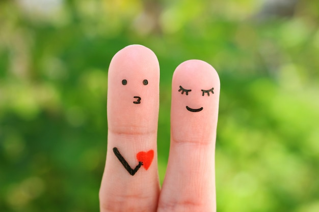 Dedos de arte de la feliz pareja. concepto de hombre confesando su amor a la mujer.