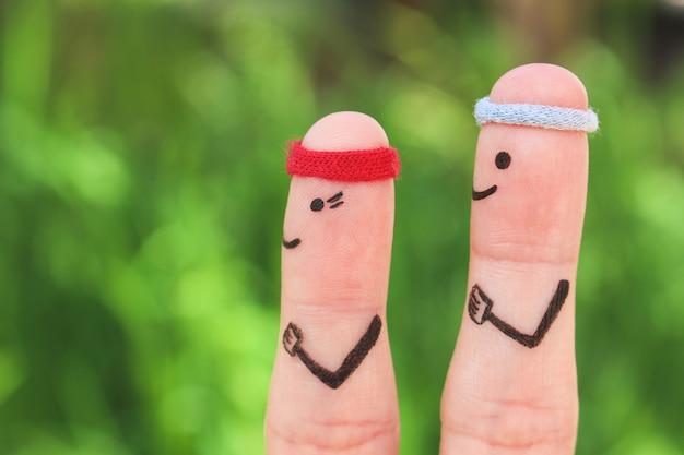 Dedos de arte de la feliz pareja en el deporte.