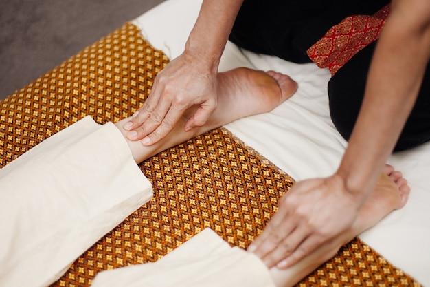 Los dedos de las mujeres masajean los pies
