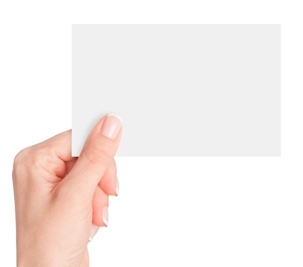 Dedos de las mujeres sosteniendo una tarjeta en blanco