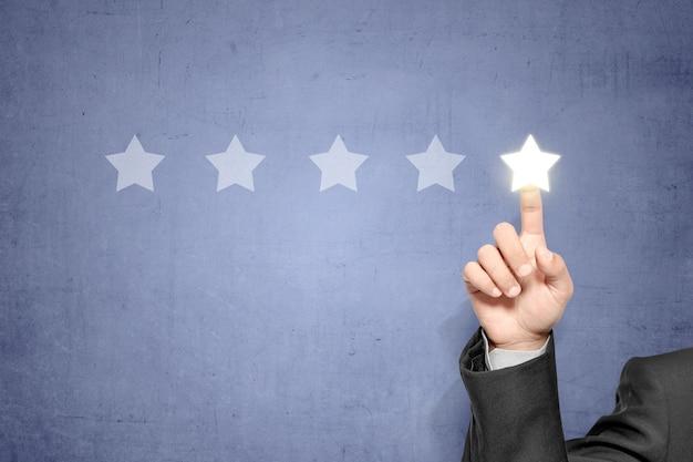 Dedos de negocios que eligen estrellas brillantes en la pantalla virtual
