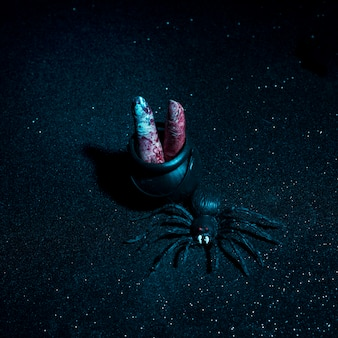 Dedos con sangre y araña composición de halloween