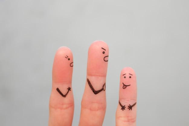 Los dedos son el arte de la familia durante la pelea. concepto de padres regañan al niño travieso.
