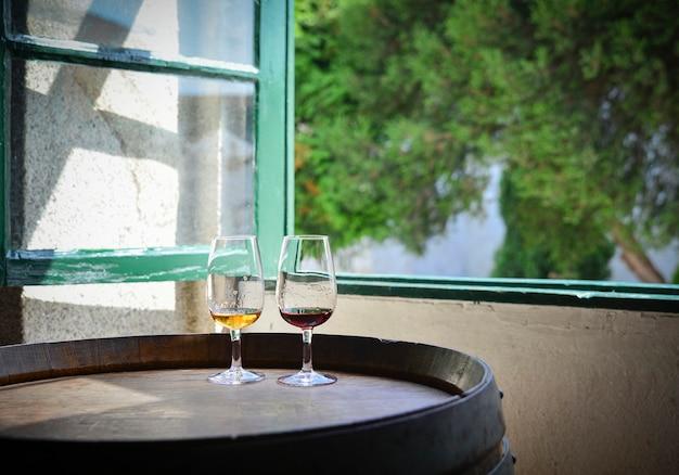 Degustación de vino tinto y blanco de oporto portugués en la sala de catas.