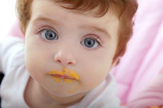 Deidad de bebé boca de comer papillas.