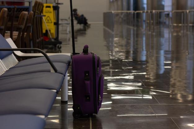 Dejar el equipaje desatendido en la terminal del aeropuerto llevar equipaje en la puerta de embarque concepto de amenaza