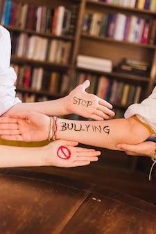 Dejar de eslogan bullying en los brazos de los niños