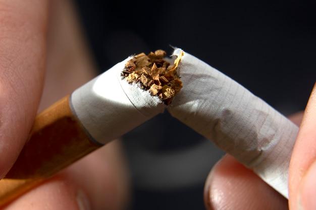 Dejar de fumar concepto de cigarrillos. de cerca
