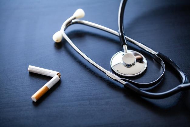 Dejar de fumar concepto con cigarrillos rotos. montón de cigarrillos. no fumar