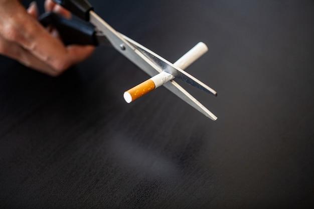 Dejar de fumar concepto con cigarrillos rotos.