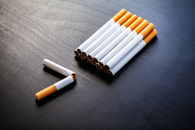 Dejar de fumar concepto sobre fondo con cigarrillos rotos. montón de cigarrillos. no fumar