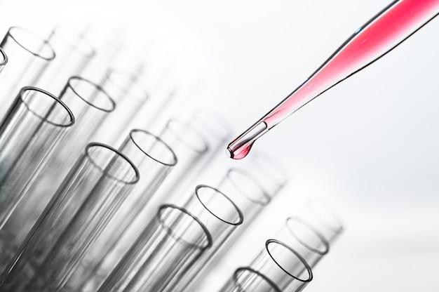 Deje caer las sustancias químicas rosadas en el vaso de precipitados.