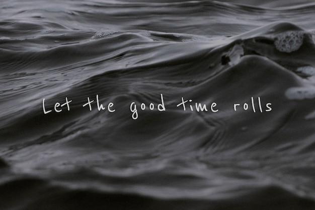 Deje que los buenos rollos de tiempo coticen sobre un fondo de onda de agua