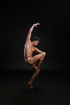 Delgado brazo de elevación masculino durante el baile